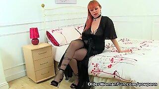 イエリス赤毛熟女ヴェルベティナおもちゃ彼女の剛剛と濡れ濡れファニー