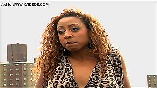 Gros Gros Nibards Femme Noire Actrice se promène nue sur la gourmande à la fin de la vidéo