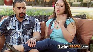 Swinger Wives Poledance vóór het hebben van een volledige swap in de rode kamer