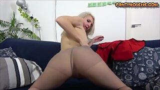 Sexy Rijpevrouw Cougar Katrina in Panty en Laarzen die Kut en Kont tonen