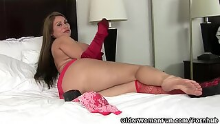 Amerikaanse MILF Sheila voelt ondeugend in rode lingerie