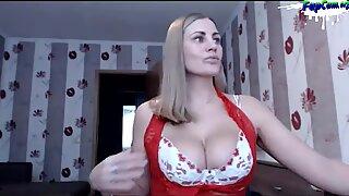 Maman salope blonde super chaude avec de gros seins naturels masturber sur webcam