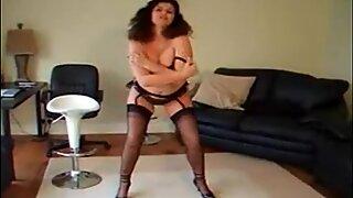 Gilli spreidend benen in zwart panty