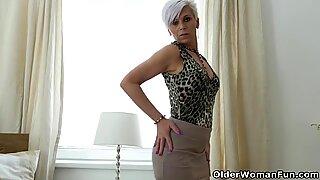 Euro Milf Kathy White vingers haar kut in nylon