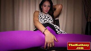 Thaise ladyboy wrijft haar kontgat in sensueel striptease